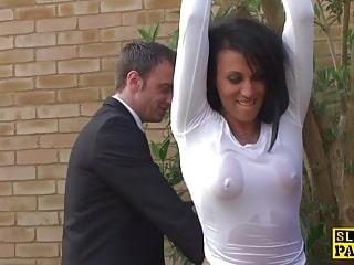 Louise Kay soumise, attachée et forçée à prendre son éjaculation buccale