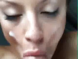 Une fille canon se prend une éjaculation faciale sur Snapchat