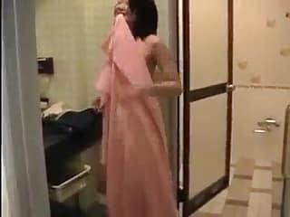 Cette Japonaise va sucer son mec en 69 et se ramasser une éjac faciale